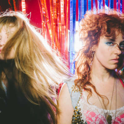 Deap Vally go to the seaside in new 'Gonnawanna' video
