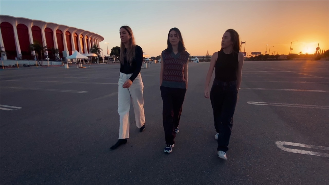 Haim share 'Don't Wanna' video
