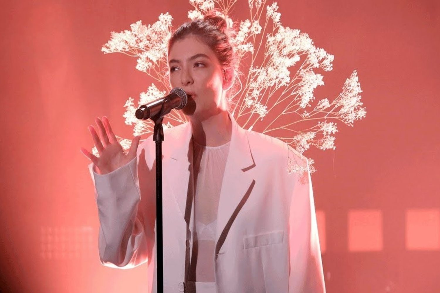 Watch Lorde play 'Perfect Places' on Fallon