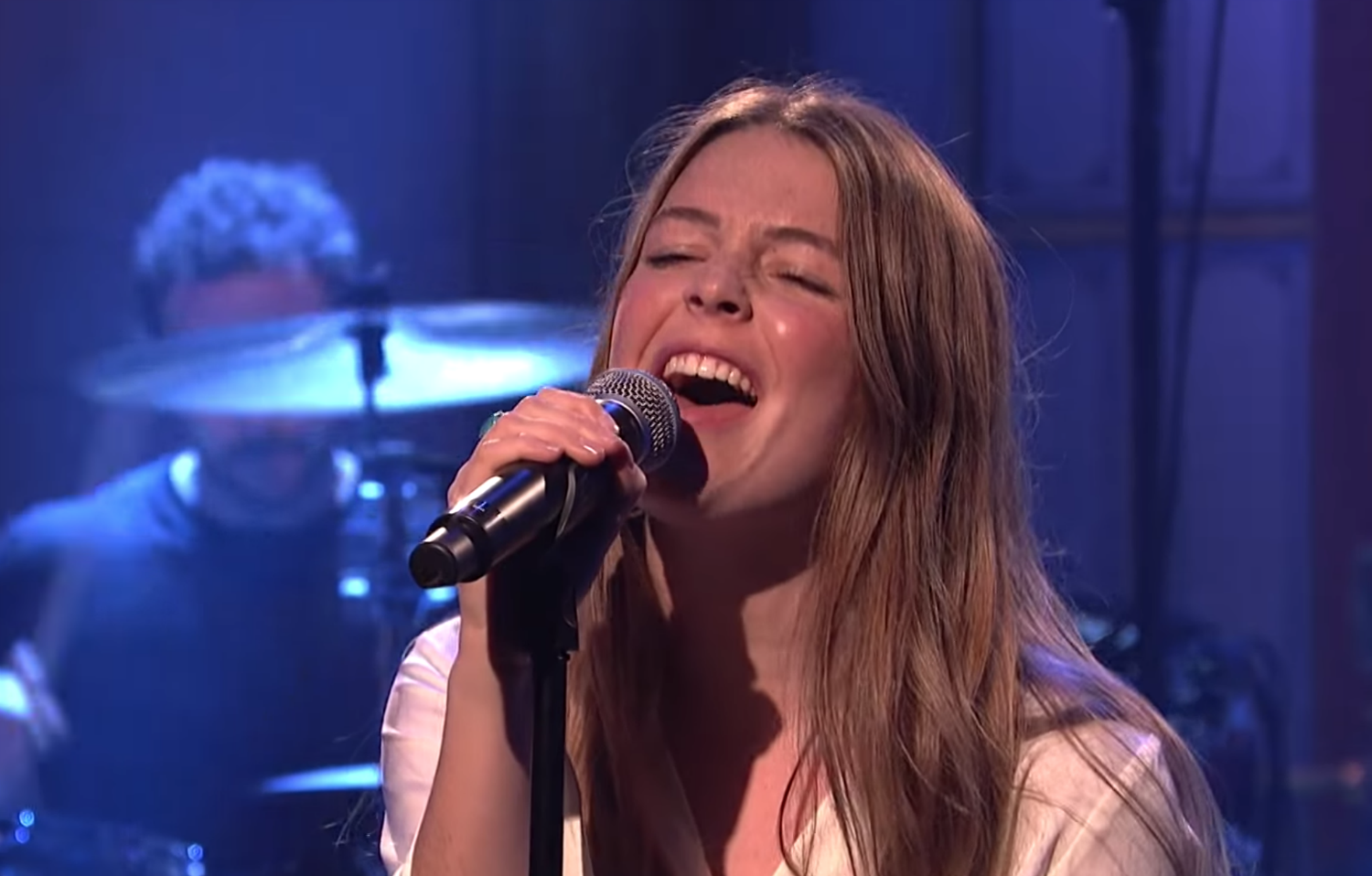 Watch Maggie Rogers Bring Light On And Fallingwater To Snl News Diy