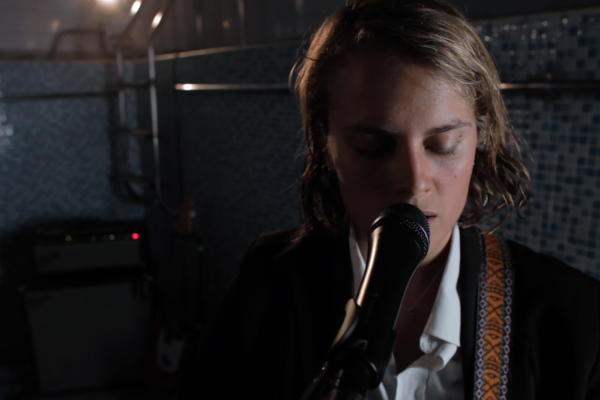 Marika Hackman releases live cover of Elliott Smith's 'Between The Bars'